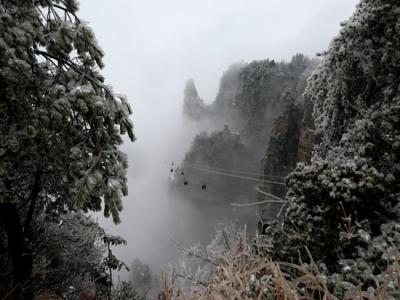 张家界迎来今年首雪 旅游接待秩序井然