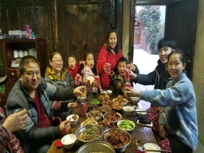 广东情侣在张家界民宿过年迎新春