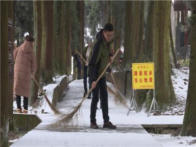 张家界核心景区迎入冬首场降雪 景区全力保障游客安全