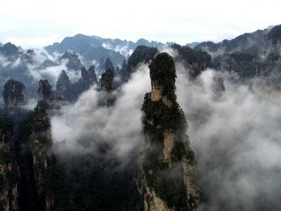 航拍张家界峰林 云雾缭绕如画卷
