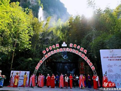 宝峰湖:山水舞台演绎华服盛典